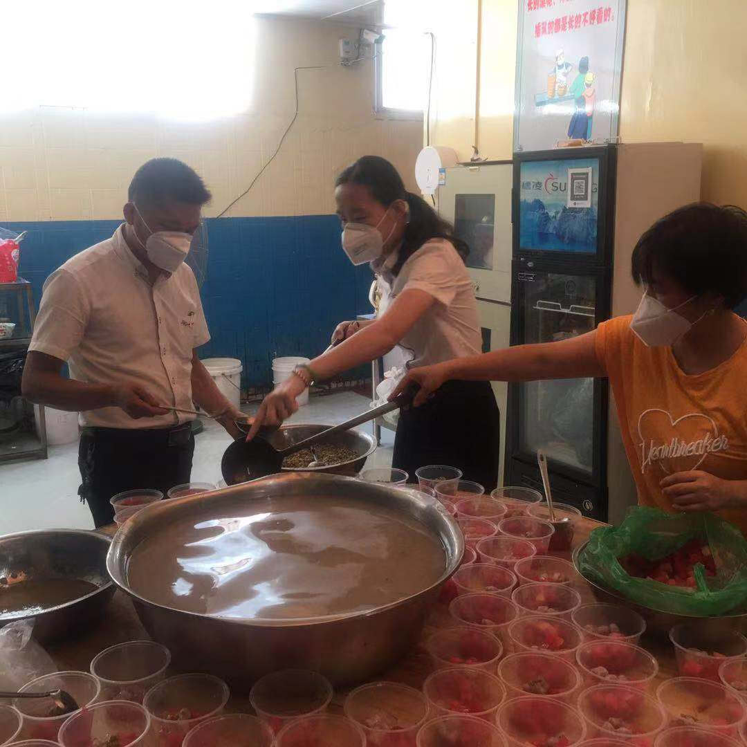 Xingyi Made Four Fruit Soup for Employee to Cool Down in Summer